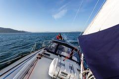 Sailboat πιλοτήριο και helmsman από το τόξο στον κόλπο του Σαν Φρανσίσκο Στοκ εικόνες με δικαίωμα ελεύθερης χρήσης