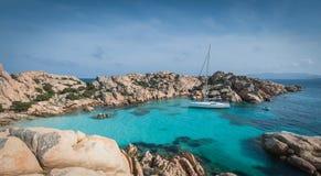 Sailboat που δένεται στον κόλπο Στοκ Φωτογραφίες