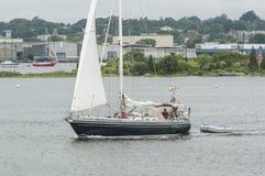 Sailboat που αφήνει το λιμάνι του Νιού Μπέντφορτ Στοκ εικόνες με δικαίωμα ελεύθερης χρήσης