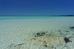 Sailboat που δένεται από την ειδυλλιακή παραλία Bahama στοκ φωτογραφία με δικαίωμα ελεύθερης χρήσης