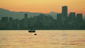 Sailboat που διασχίζει τον αγγλικό κόλπο στη Dawn, Βανκούβερ