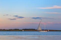 Sailboat που κινείται στον ποταμό Στοκ Εικόνες