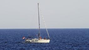 Sailboat που περνά από φιλμ μικρού μήκους