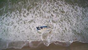 SailBoat που προσαράσσουν στην κυματωγή απόθεμα βίντεο