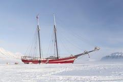 Sailboat που προσαράσσουν στο θαλάσσιο πάγο - οριζόντιο Στοκ Φωτογραφία