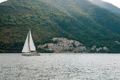 Sailboat που ρέει στη θάλασσα, στο τοπίο του Μαυροβουνίου υποβάθρου Στοκ φωτογραφίες με δικαίωμα ελεύθερης χρήσης