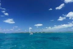 Sailboat που ταξιδεύει στο σαφές νερό στοκ εικόνες