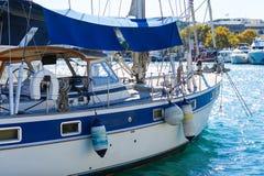Sailboat πολυτέλειας νέα κρουαζιέρας άποψη τόξων από την πλευρά λιμένων στοκ φωτογραφία με δικαίωμα ελεύθερης χρήσης