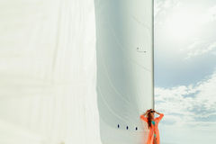 Sailboat πολυτέλειας πανιών γυναικών ιστιοπλοϊκό άσπρο ταξίδι Στοκ φωτογραφίες με δικαίωμα ελεύθερης χρήσης