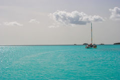 Sailboat στα τροπικά μπλε νερά Στοκ Φωτογραφίες