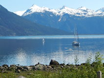 Sailboat στην άγκυρα μια ηλιόλουστη ημέρα Στοκ Εικόνες
