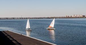 Sailboat στην ακτή πετρών υποβάθρου Στοκ Εικόνες