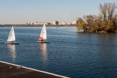Sailboat στην ακτή πετρών υποβάθρου Στοκ φωτογραφίες με δικαίωμα ελεύθερης χρήσης