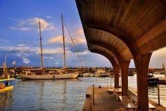 Sailboat στην αποβάθρα στο λιμένα Στοκ Φωτογραφίες