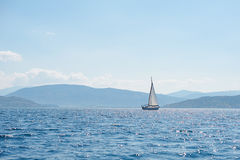 Sailboat στην μπλε θάλασσα στοκ φωτογραφία με δικαίωμα ελεύθερης χρήσης