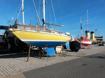 Sailboat στην ξηρά αποβάθρα Στοκ Εικόνες