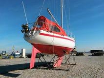Sailboat στην ξηρά αποβάθρα Στοκ Εικόνα