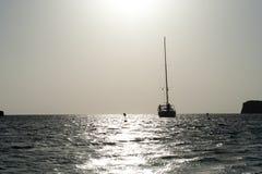 Sailboat στη θάλασσα στο ηλιοβασίλεμα Στοκ Φωτογραφία
