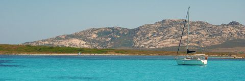 Sailboat στη μεσογειακή παραλία E o στοκ εικόνα με δικαίωμα ελεύθερης χρήσης