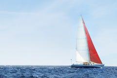 Sailboat στον ειρηνικό μπλε ωκεανό Στοκ φωτογραφία με δικαίωμα ελεύθερης χρήσης