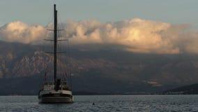 Sailboat στον κόλπο θάλασσας, χρονικό σφάλμα σύννεφων απόθεμα βίντεο