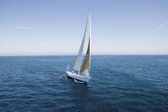 Sailboat στον μπλε ωκεανό ενάντια στον ουρανό Στοκ εικόνες με δικαίωμα ελεύθερης χρήσης