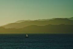 Sailboat στον ωκεανό που πλέει στο ηλιοβασίλεμα Στοκ εικόνα με δικαίωμα ελεύθερης χρήσης
