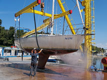 Sailboat στο γερανό Στοκ εικόνα με δικαίωμα ελεύθερης χρήσης