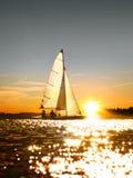 Sailboat στο ηλιοβασίλεμα Στοκ Φωτογραφίες