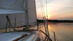 Sailboat στο ηλιοβασίλεμα Στοκ εικόνα με δικαίωμα ελεύθερης χρήσης