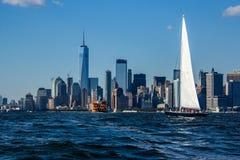 Sailboat στο λιμάνι πόλεων της Νέας Υόρκης στοκ εικόνες