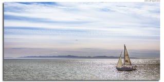 Sailboat στο νερό στοκ εικόνες με δικαίωμα ελεύθερης χρήσης