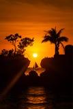 Sailboat στο όμορφο ηλιοβασίλεμα επάνω από την τροπική θάλασσα σκιαγραφία Στοκ εικόνα με δικαίωμα ελεύθερης χρήσης