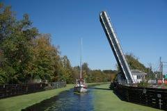 Sailboat ταξίδια μέσω της ανοικτής γέφυρας στοκ εικόνες