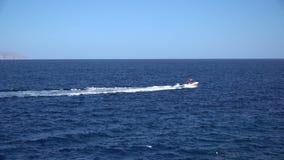 Γιοτ που πλέει με την ανοιγμένη θάλασσα Πλέοντας βάρκα Γιοτ από τον κηφήνα Ιστιοπλοϊκό βίντεο Γιοτ άνωθεν Sailboat από τον κηφήνα απόθεμα βίντεο