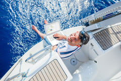 Άτομο με το φορητό προσωπικό υπολογιστή sailboat στοκ εικόνες