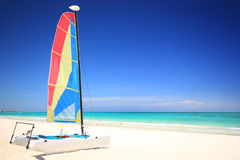 Sailboat do catamarã na praia Fotografia de Stock Royalty Free