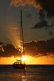 Sailboat durante o por do sol Imagem de Stock Royalty Free