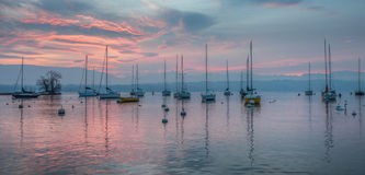 Sailboat e alvorecer vermelho Imagens de Stock Royalty Free
