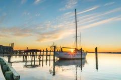 Sailboat e por do sol foto de stock