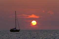 Sailboat e por do sol imagens de stock
