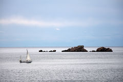 Sailboat e rochas em Croatia Fotografia de Stock Royalty Free