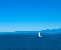 Sailboat em águas calmas Fotografia de Stock Royalty Free