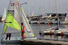 Sailboat feva ξαρτιών στο λιμάνι Στοκ φωτογραφία με δικαίωμα ελεύθερης χρήσης
