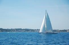 Sailboat fora da costa Imagem de Stock