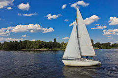 Sailboat heading to sea Royalty Free Stock Photography