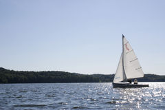 Sailboat na água fotografia de stock royalty free