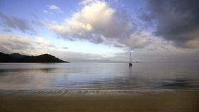 Sailboat na escora Fotos de Stock Royalty Free