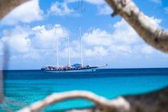 Sailboat nas Caraíbas imagem de stock royalty free