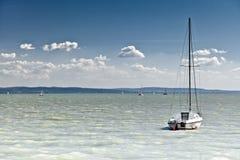 Sailboat no lago Fotografia de Stock Royalty Free